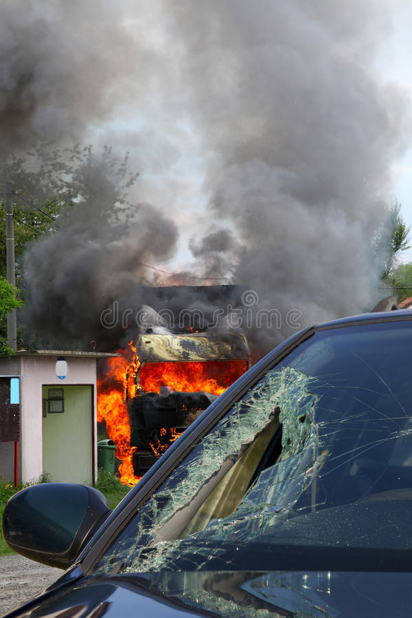 Camion brûlant dans un accident avec la voiture, verre cassé photographie stock libre de droits