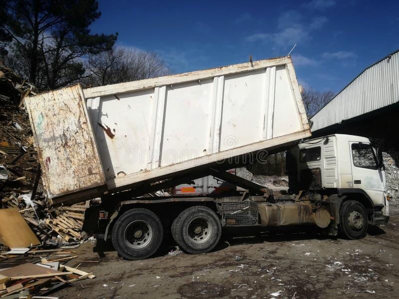 Camion caricato con legno riciclato fotografie stock