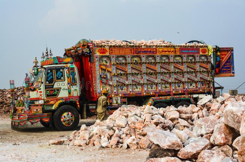 Camion chargé avec le sel gemme de l'Himalaya photographie stock