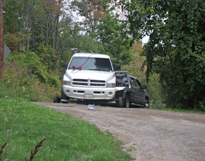 Camion che è rimorchiato dalla strada privata immagini stock