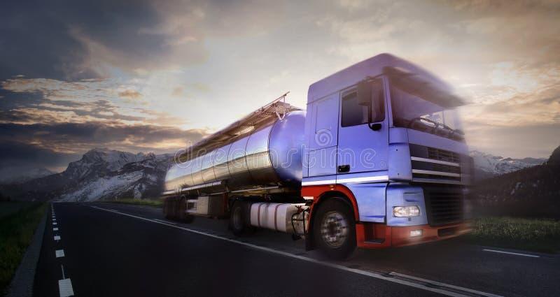 Camion che guida al crepuscolo/sfuocatura di movimento fotografie stock