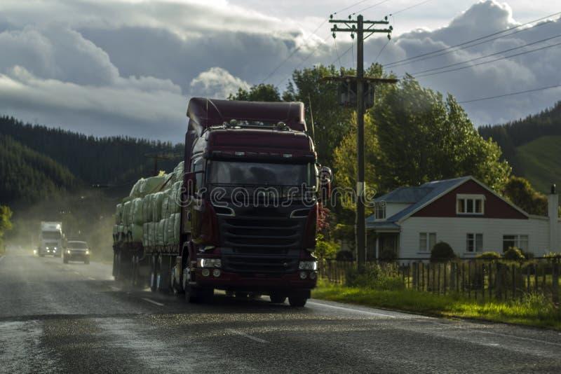 Camion che guida il giorno piovoso nel paesaggio rurale immagine stock