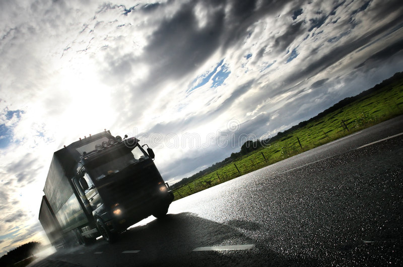 Camion che guida su country-road/ fotografie stock