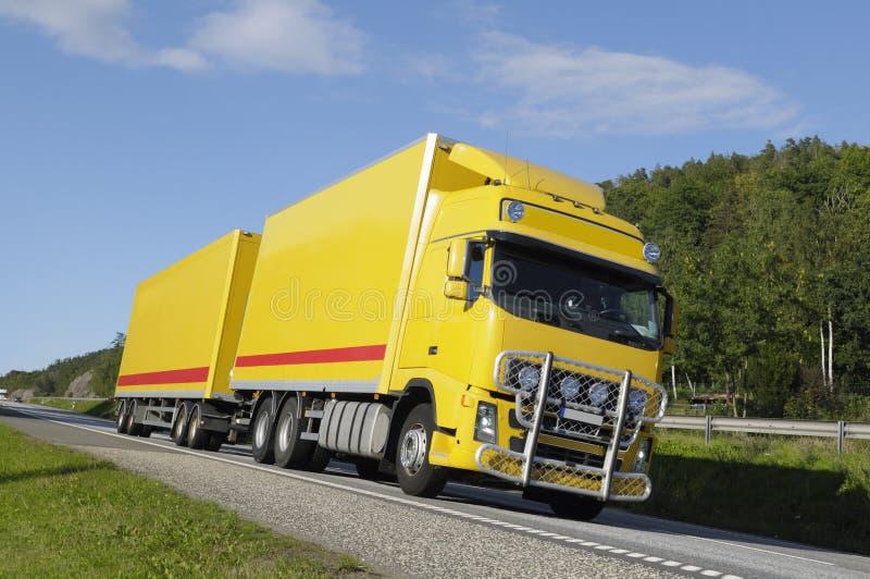 Camion che guida su un itinerario scenico fotografie stock libere da diritti