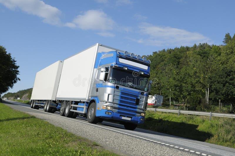 Camion che guida su un itinerario scenico fotografia stock