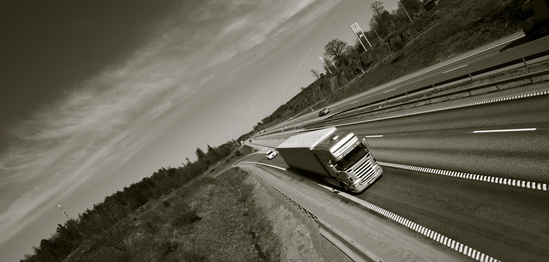 Camion che guida sull'autostrada senza pedaggio immagini stock libere da diritti