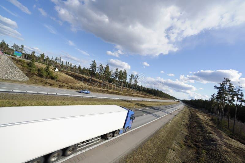 Camion che guida sulla strada principale fotografie stock libere da diritti