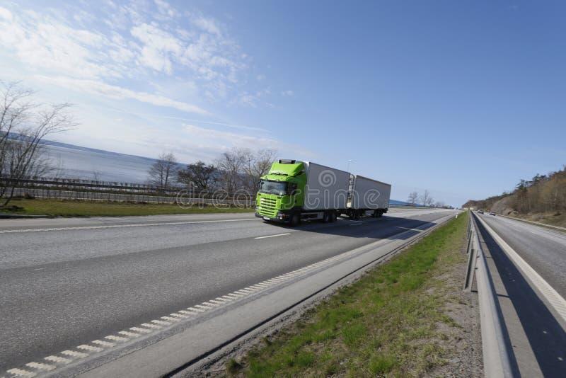 Camion che guida sulla strada principale fotografia stock