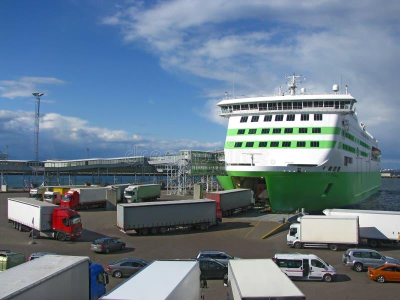 Camion che si imbarcano su traghetto fotografia stock