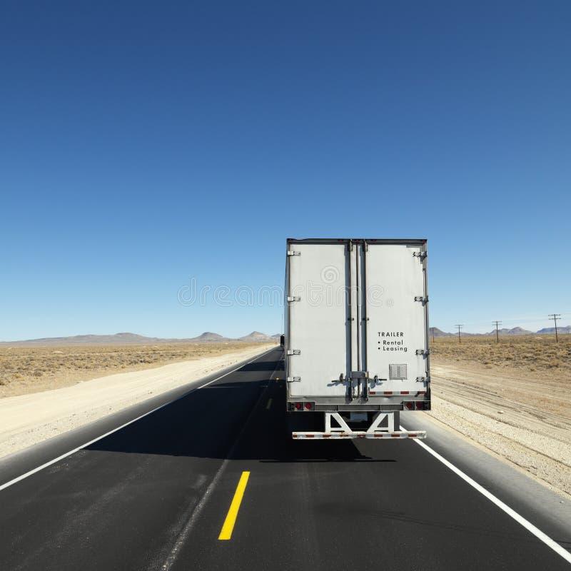 Camion che viaggia giù la strada principale. fotografie stock libere da diritti