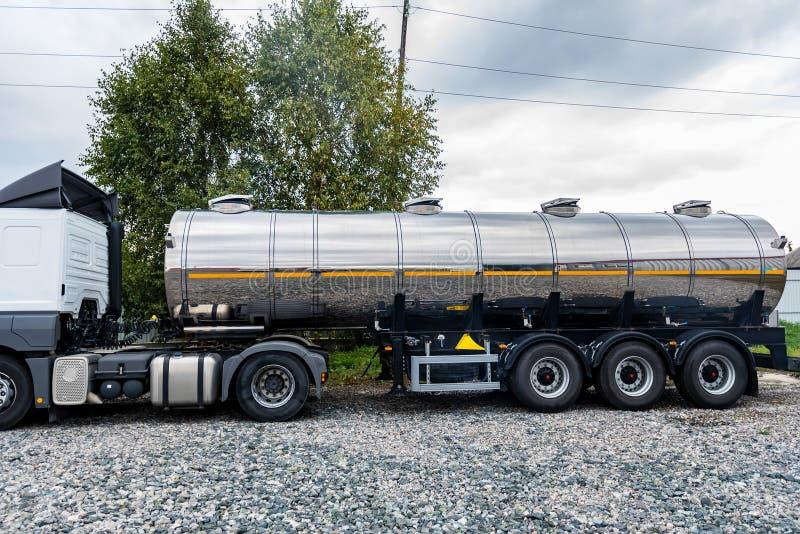 Camion cisterna del combustibile parcheggiato fotografia stock
