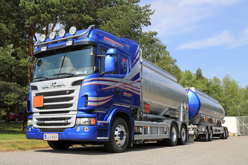 Camion-citerne aspirateur bleu de Scania pour transporter des produits chimiques images libres de droits