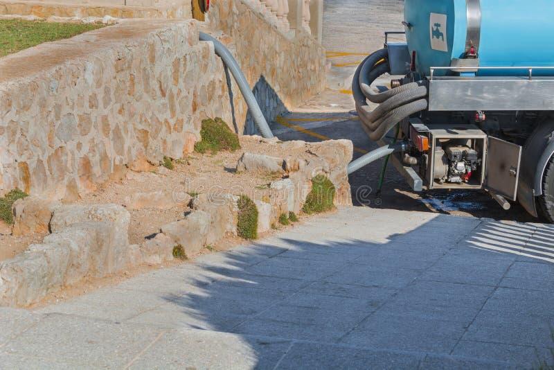Camion-citerne aspirateur pour l'offre pure d'eau potable  photo libre de droits
