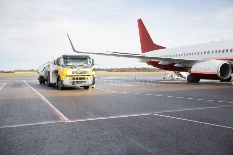 Camion-citerne en l'avion images stock