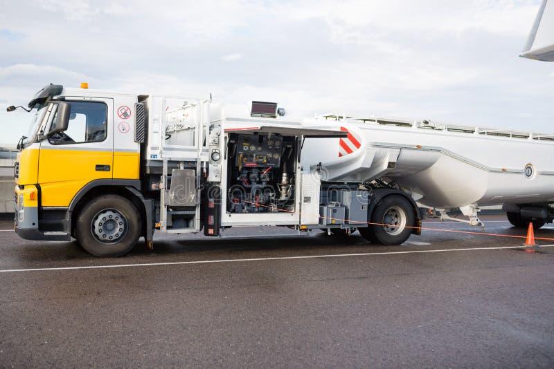 Camion-citerne sur la piste humide à l'aéroport photographie stock libre de droits