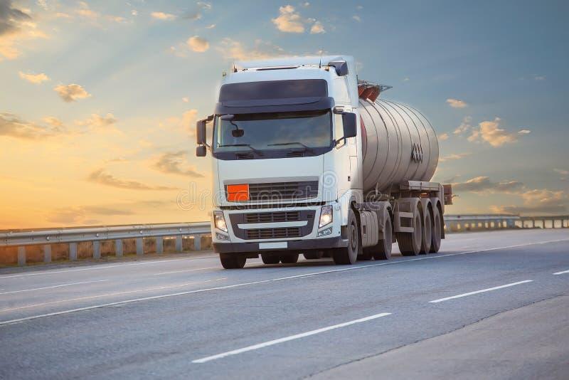 Camion-citerne sur la route images stock