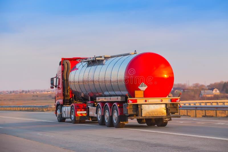 Camion-citerne sur la route image libre de droits