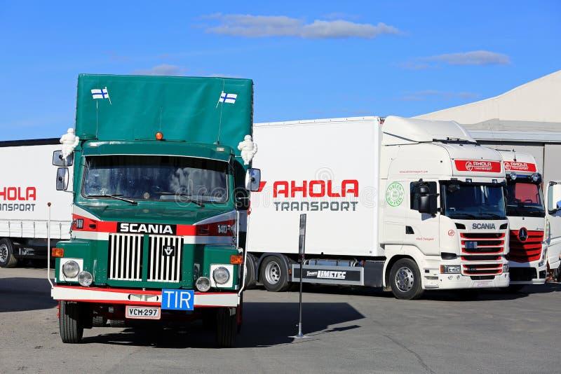 Camion classici e nuovi del carico di trasporto di Ahola immagine stock libera da diritti