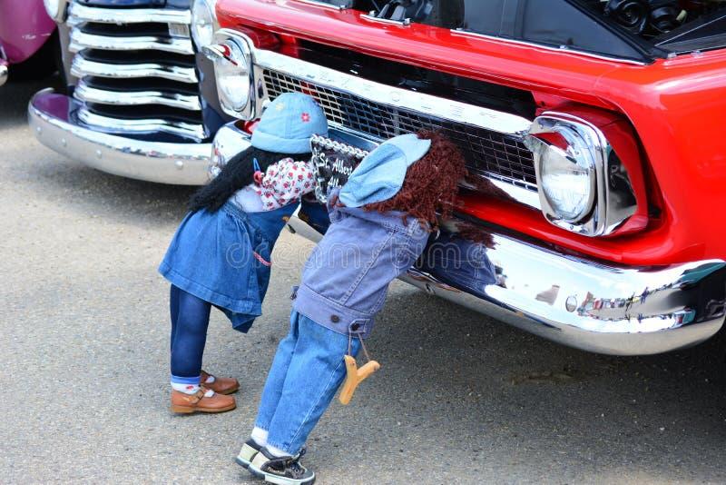 Camion classico dell'automobile con le bambole propped su contro il paraurti immagini stock