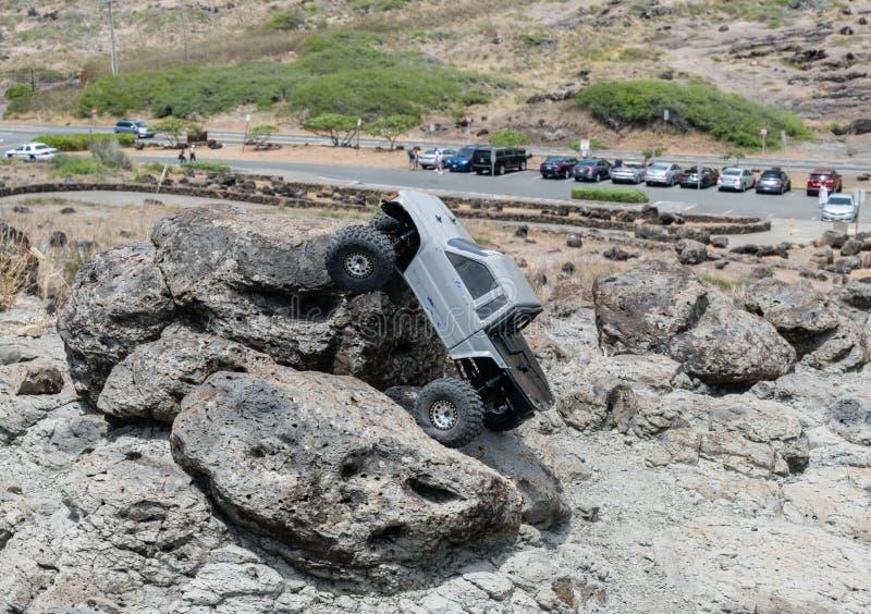 Camion commandé par radio modèle mesurant un rocher près du point de Makapuu sur Oahu photos libres de droits