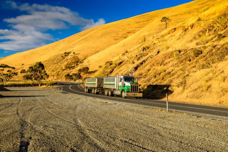 Camion commerciale australiano che guida giù la strada fotografia stock