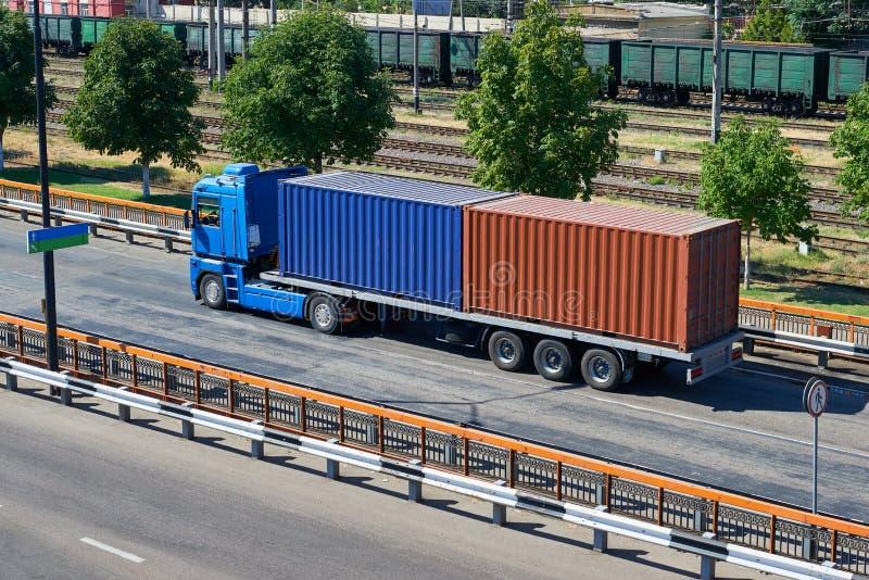 Camion con i contenitori in porto marittimo, nel trasporto di carico e nel concetto del trasporto immagini stock libere da diritti