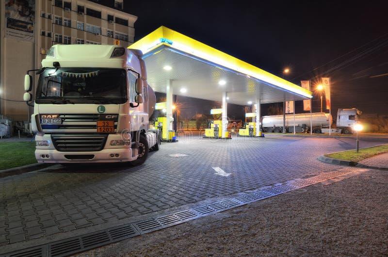 Camion con il carro armato di benzina alla stazione di servizio immagine stock