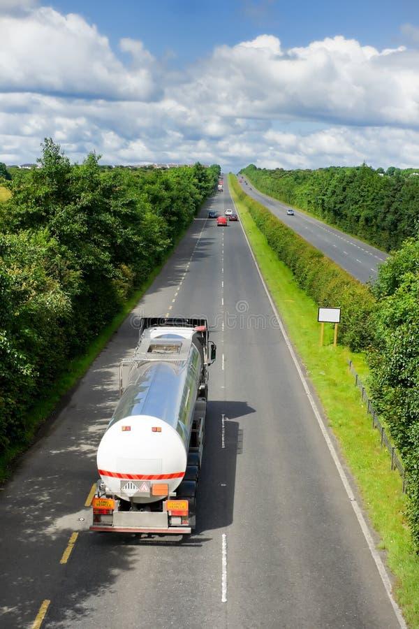 Camion con il serbatoio di combustibile sulla strada principale fotografia stock libera da diritti