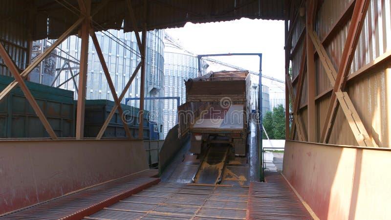 Camion con la traccia vuota in un magazzino della fabbrica del grano fotografia stock