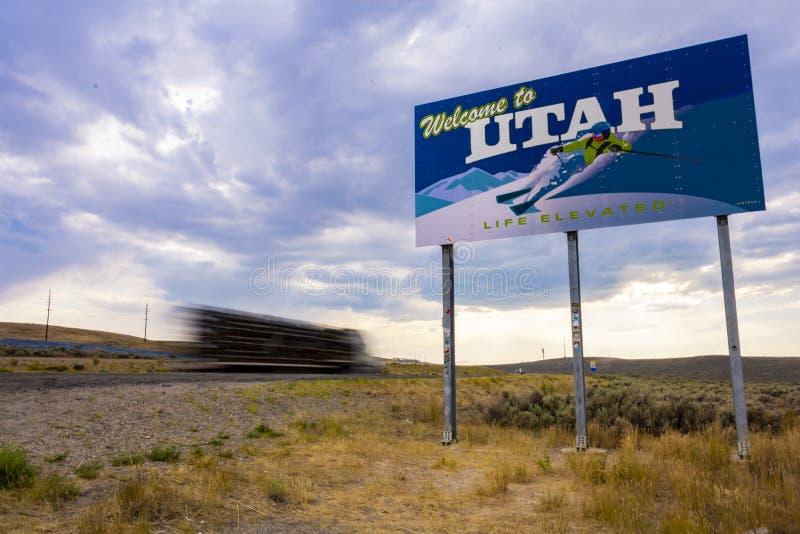 Camion conduisant l'accueil de passé au signe de l'Utah photographie stock