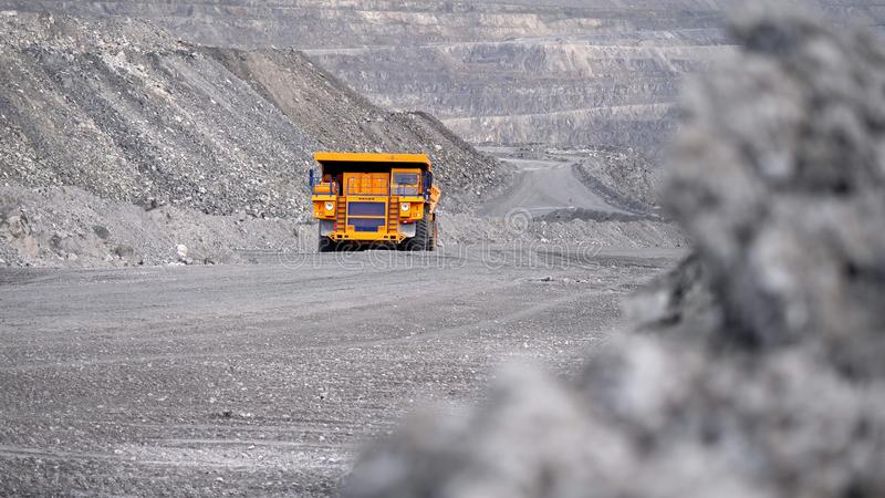 Camion conduisant la carrière sur la route Le camion à benne basculante porte le minerai extrait dans l'exploitation à ciel ouver photos libres de droits