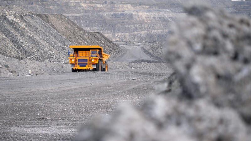 Camion conduisant la carrière sur la route Le camion à benne basculante porte le minerai extrait dans l'exploitation à ciel ouver photographie stock