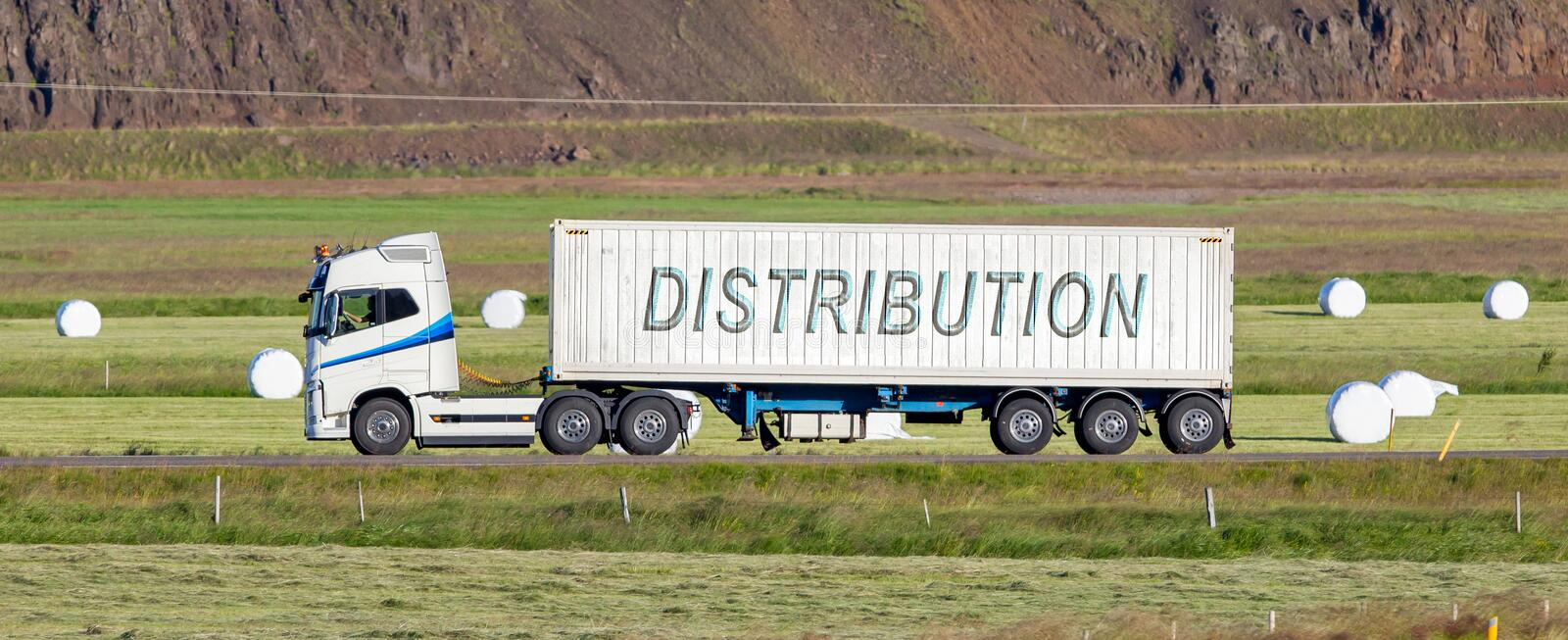 Camion conduisant par une zone rurale - distribution image libre de droits