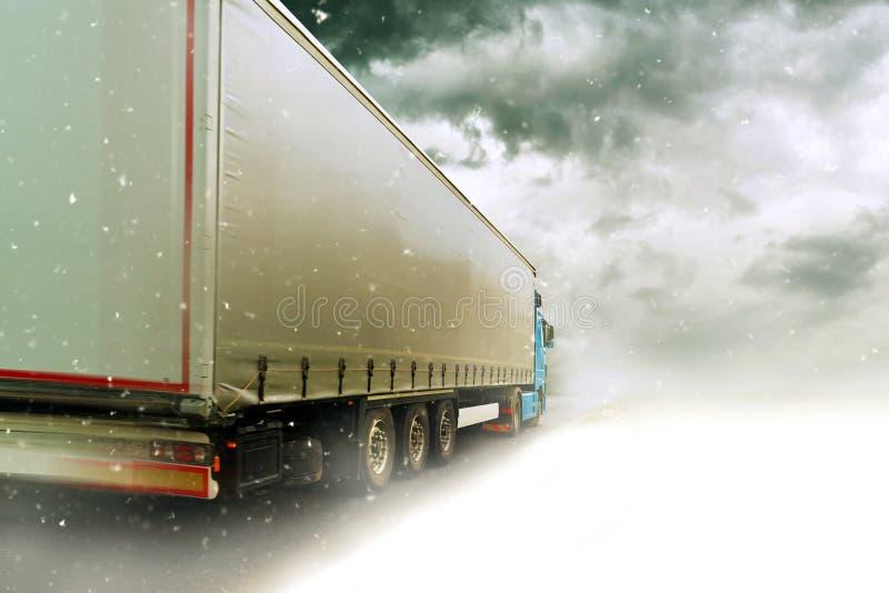 Camion d'accelerazione sulla strada di Snowy fotografia stock