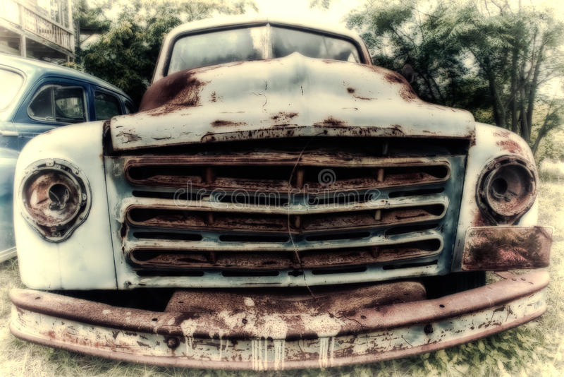 Camion d'annata abbandonato dell'azienda agricola della raccolta immagine stock