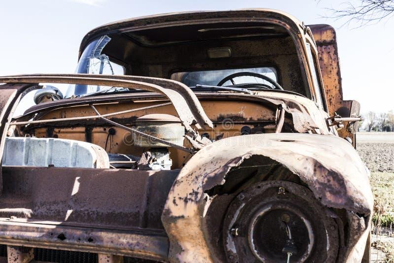 Camion d'annata arrugginito del ciarpame abbandonato su un'azienda agricola I fotografia stock libera da diritti