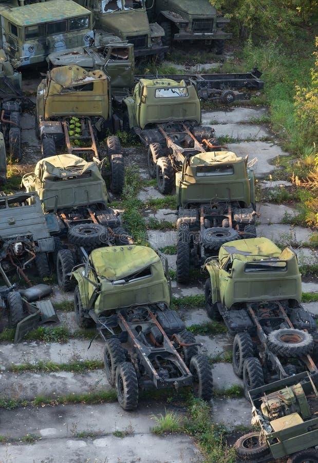 Camion d'armée rouillé de groupe le vieux abandonné sur une plate-forme concrète images stock