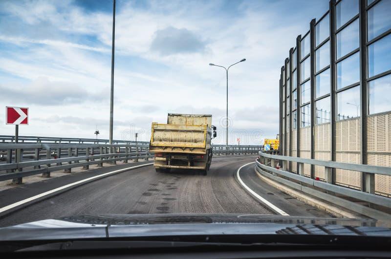 Camion- d'Iindustrial sur la route goudronnée, vue arrière photo libre de droits