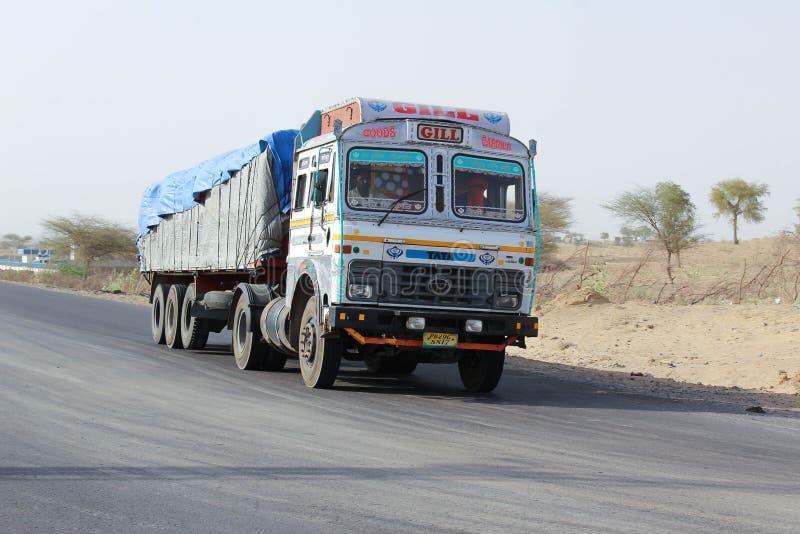 Camion d'Indien de Barmer Ràjasthàn de désert photographie stock libre de droits
