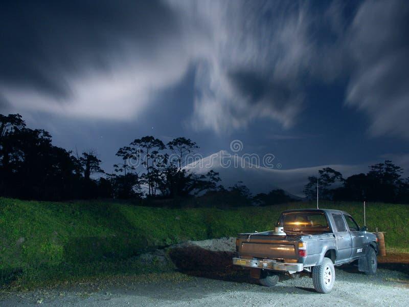 Camion dans le clair de lune près du volcan d'Arenal photo libre de droits