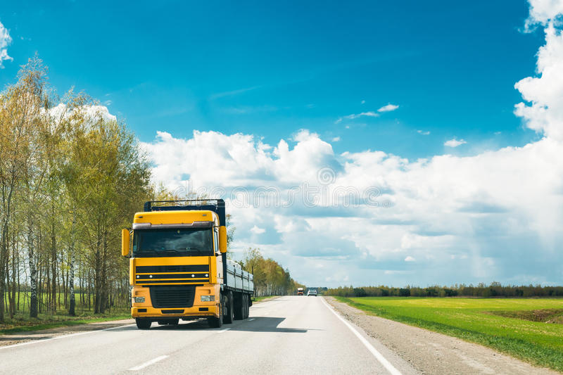 Camion dans le mouvement sur la route de campagne Voitures de mouvement sur l'autoroute en Europe photographie stock libre de droits