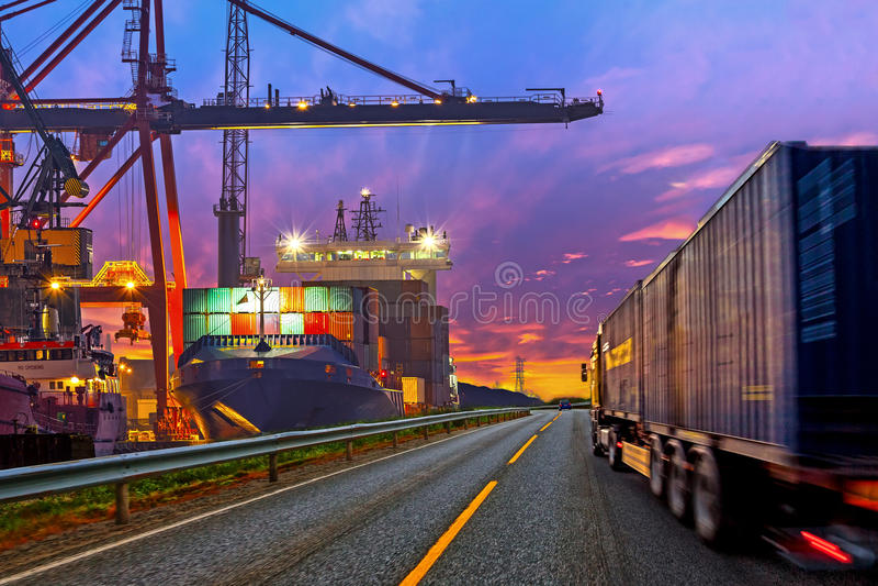 Camion dans le port photos stock