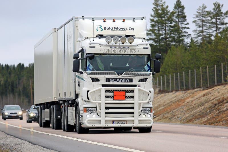Camion de cargaison de Scania adapté aux besoins du client par blanc sur la route photographie stock