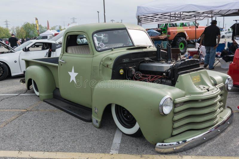 Camion de Chevrolet de vintage sur l'affichage photographie stock libre de droits