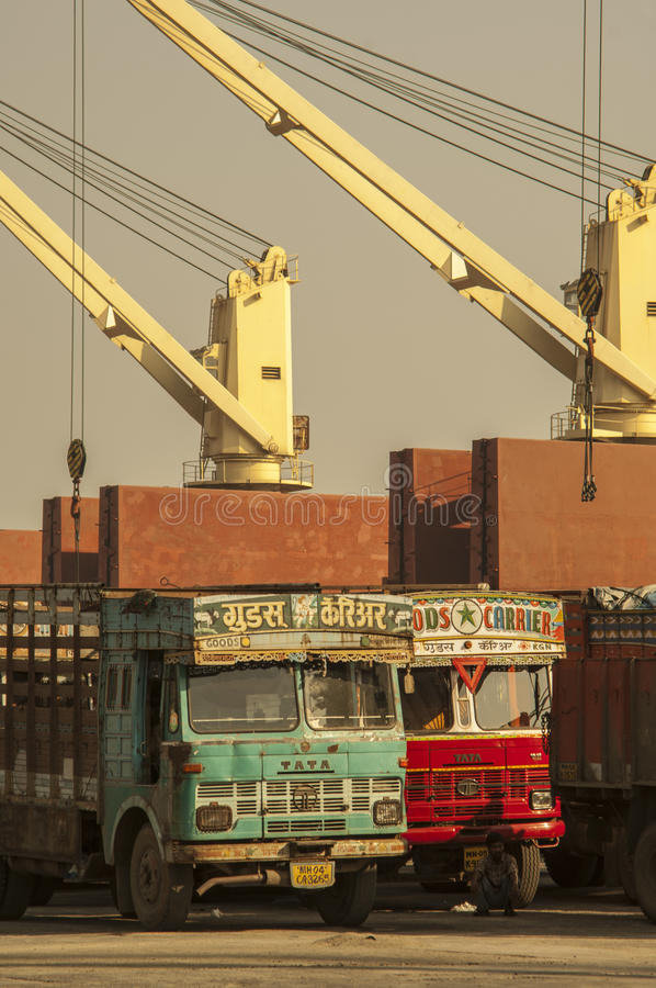 Camion de Coloful dans le port de l'Inde de Mumbai images libres de droits