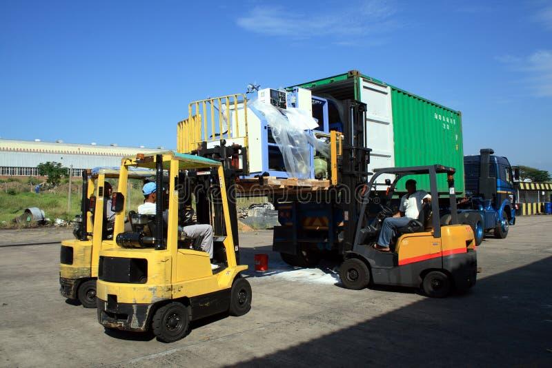 Camion de conteneur de chargement image stock image du for Prix d un conteneur vide