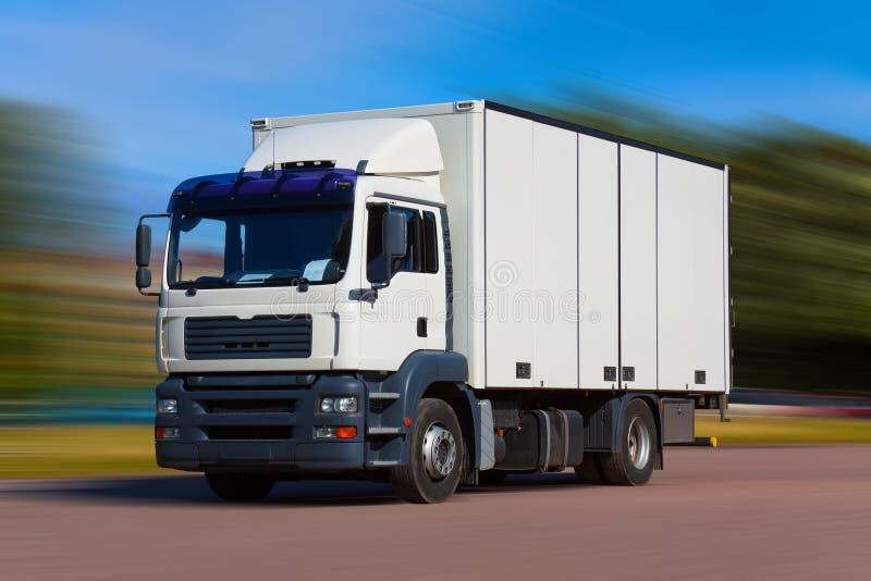 Camion de fret sur la route image stock