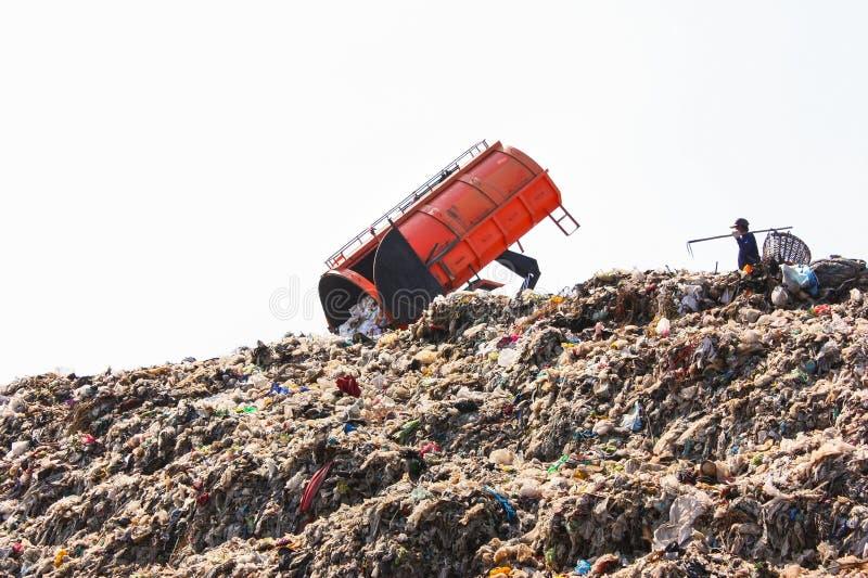 Camion de Grabage vidant les déchets sur la grande décharge de déchets municipale dans le centre d'enfouissement des déchets image libre de droits