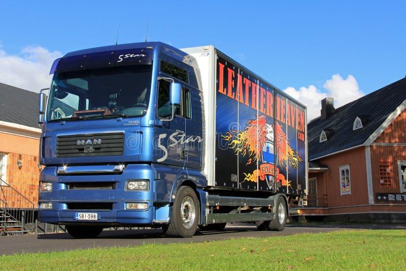 Camion de livraison bleu d'homme image stock