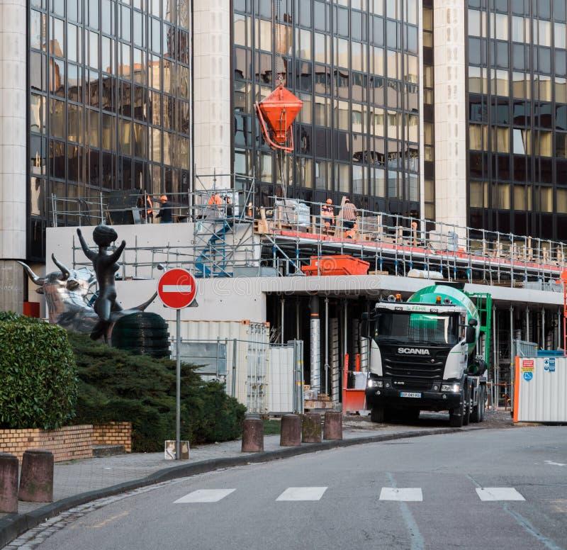 Camion de mélangeur de ciment de Scania sur le site photo libre de droits